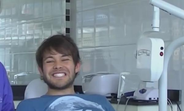joven con blanqueamiento dental